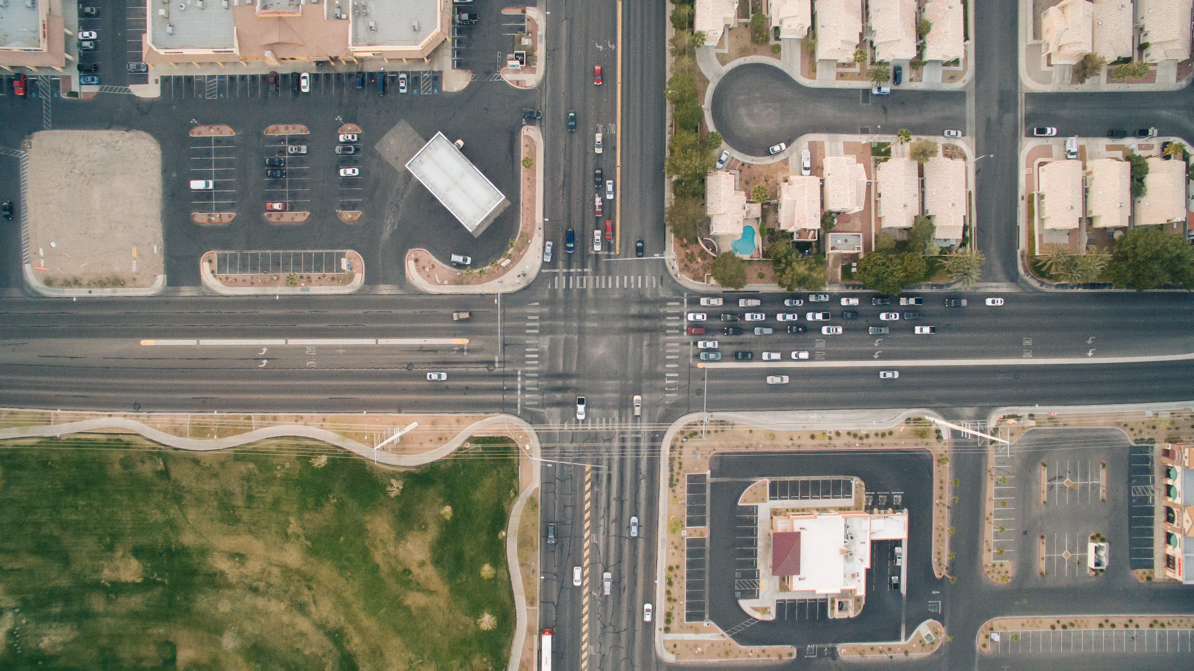Autos an einer Kreuzung, die versinnbildlichen, wie unterschiedliche Kulturen anders argumentieren. Bildnachweis: Ed Gregory, Stokpic.com