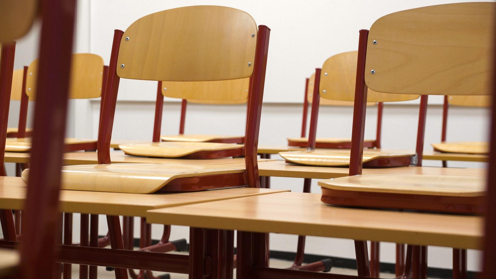 Klassenzimmer mit hochgestellten Stühlen. Bildnachweis: Taken, Pixabay