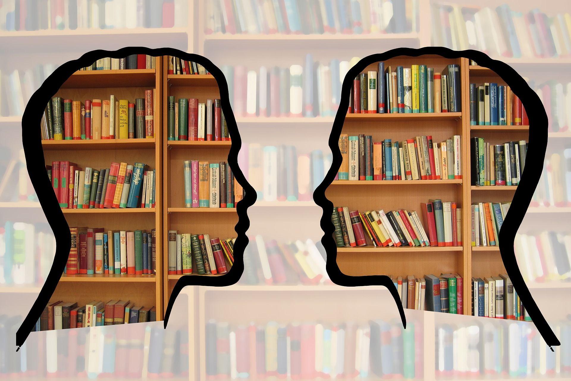 Bildnachweis: geralt, Pixabay 2 Profile über Bücherregale eingeblendet als Sinnbild für Fachbegriffe, die wir im Kopf gespeichert haben.
