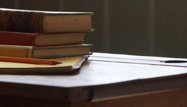 Tisch mit Büchern: veraunschaulicht der Erstellung eines Language Style Guides