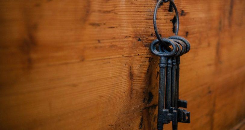 Ein Schlüsselband vor einer Holzwand als Sinnbild für die manchmal geheinmnisvol wirkenden Gründe, dass auf den Websites von Übersetzern keine konkreten Preise genannt werden.