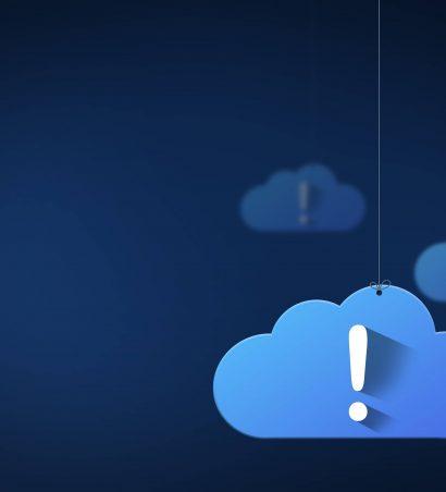 Illustration von Wolken vor einem dunkelblauen Hintergrund. Die vorderste Wolke trägt ein Ausrufezeichen.
